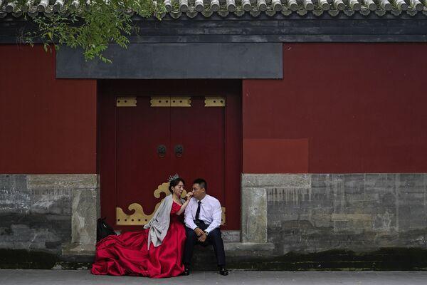 中国・北京で国慶節(建国記念日)の連休中、紫禁城でウェディング写真の撮影を待つ夫婦 - Sputnik 日本
