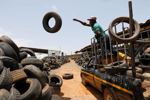 ナイジェリア・イバダンにあるリサイクル工場で、古いタイヤをトラックから降ろす作業員 - Sputnik 日本