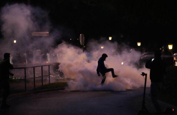 スロベニア・リュブリャナで行われた反ワクチンデモで、発煙筒を踏みつけるデモ参加者 - Sputnik 日本
