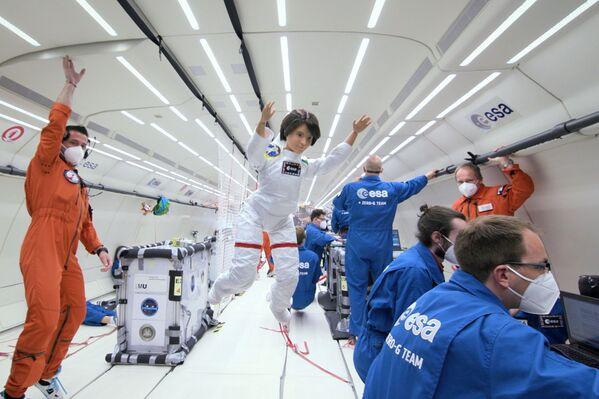 欧州宇宙機関(ESA)のメンバーと無重力飛行を行う、イタリアのサマンサ・クリストフォレッティ宇宙飛行士のバービー人形 - Sputnik 日本