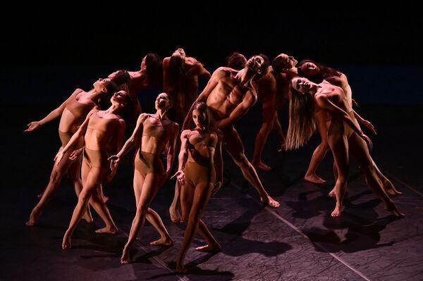 イタリア・ミラノの歌劇場「スカラ座」の舞台で公演するバレエダンサーら - Sputnik 日本