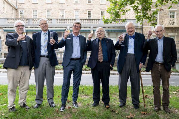 プリンストン大学の歴代ノーベル賞受賞者。左からエリック・フランシス・ウィーシャウス氏(1995年、生理学・医学賞)、ジョセフ・フートン・テイラー・ジュニア氏(1993年、物理学賞)、デビット・マクミラン氏(2021年、化学賞)、ダンカン・ホールデン氏(2016年、物理学賞)、アンガス・ディートン氏(2015年、経済学賞)、クリストファー・シムズ氏(2011年、経済学賞) - Sputnik 日本
