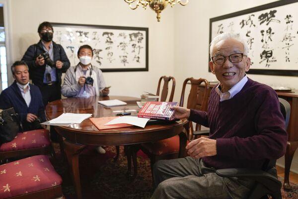 5日、ニュージャージー州プリンストンの自宅で報道陣の取材に応じる真鍋淑郎氏 - Sputnik 日本