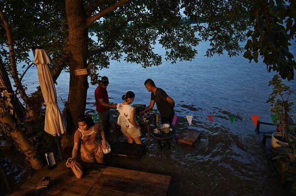 タイ中部・ノンタブリー県で、水が押し寄せる中レストラン「Chaopraya Antique」で食事をする人々 - Sputnik 日本