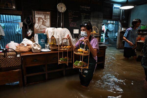 タイ中部・ノンタブリー県で、水浸しになったレストラン「Chaopraya Antique」で働く従業員 - Sputnik 日本