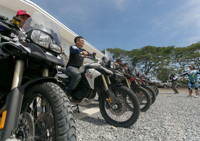 タイ 違法ストリートレース取締りに30万台超のバイク押収
