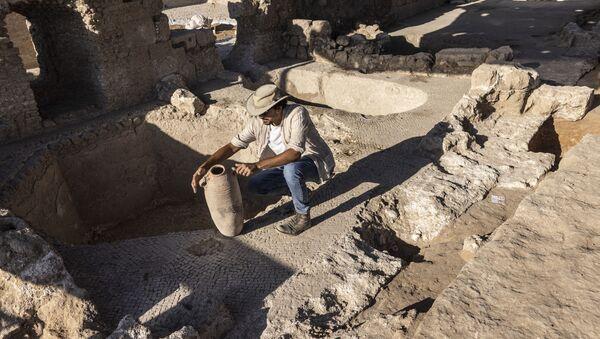 イスラエル・ヤブネで発見されたワイナリーの遺跡で、壺を調べる考古学者 - Sputnik 日本