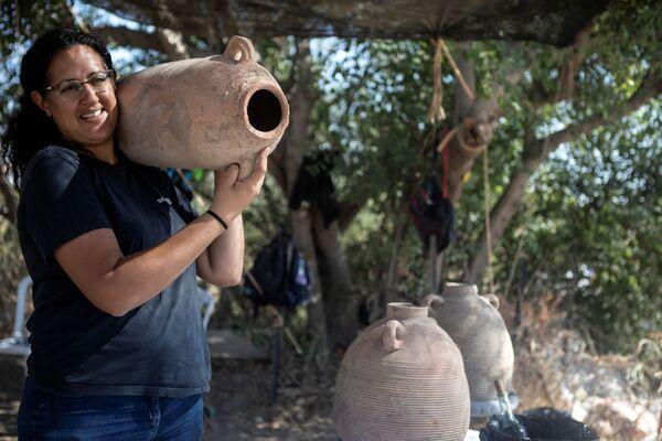 イスラエル・ヤブネで発見されたワイナリーの遺跡で、壺を運ぶ担当者 - Sputnik 日本
