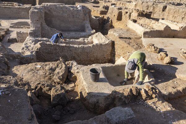 イスラエル・ヤブネで発見されたワイナリーの遺跡で、発掘作業にあたる 考古学庁の職員 - Sputnik 日本