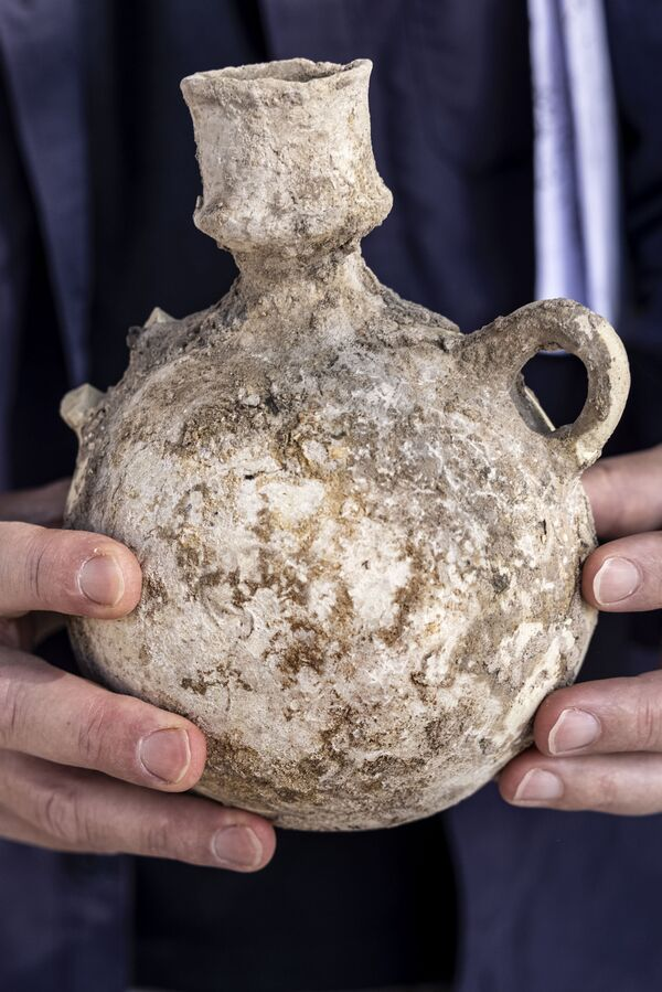 イスラエル・ヤブネで発見されたワイナリーの遺跡から出土した壺 - Sputnik 日本
