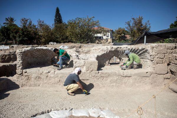 イスラエル・ヤブネで発見されたワイナリーの遺跡で、床を掃除する考古学庁の職員 - Sputnik 日本