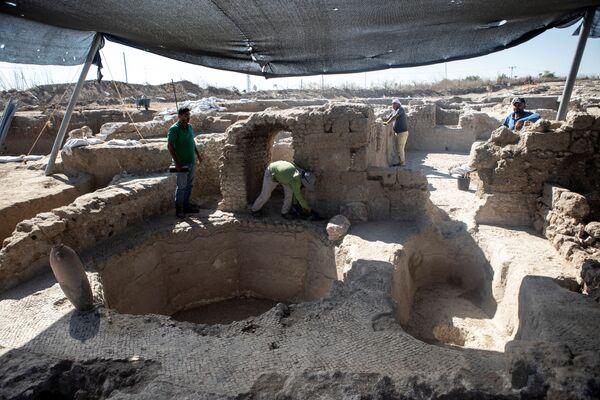 イスラエル・ヤブネで発見されたワイナリーの遺跡に立つイスラエル考古局の職員ら - Sputnik 日本