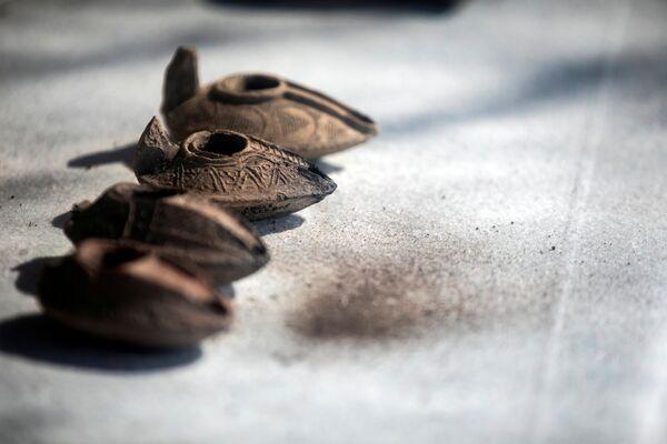 イスラエル・ヤブネで発見されたワイナリーの遺跡で、イスラエル考古局が発掘したオイルキャンドル - Sputnik 日本