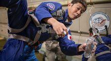モスクワ郊外で無重力飛行の訓練をする前澤友作氏