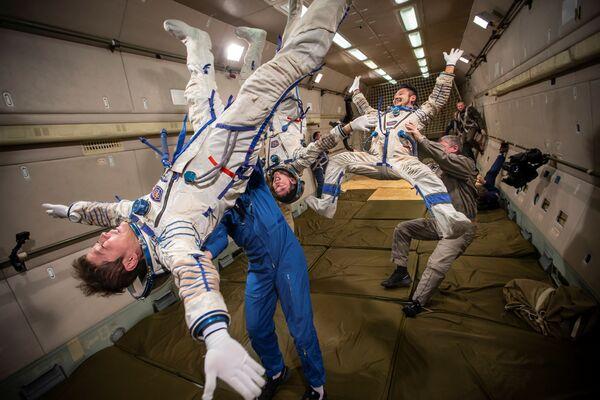 モスクワ郊外で無重力飛行の訓練を受ける前澤友作氏、平野陽三氏、小木曽詢氏 - Sputnik 日本