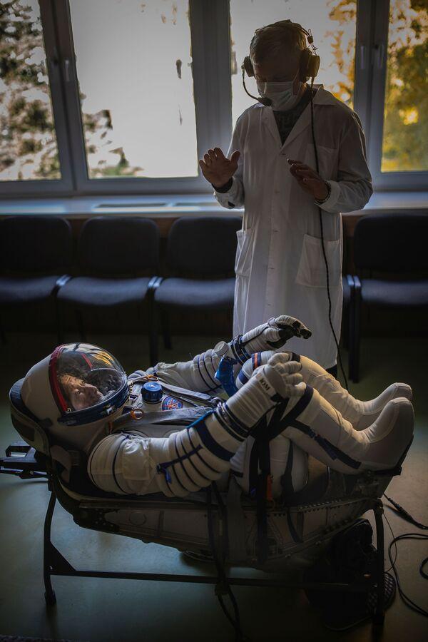 モスクワ郊外のガガーリン宇宙飛行士訓練センターで、宇宙服のフィットチェックを受ける前澤友作氏 - Sputnik 日本