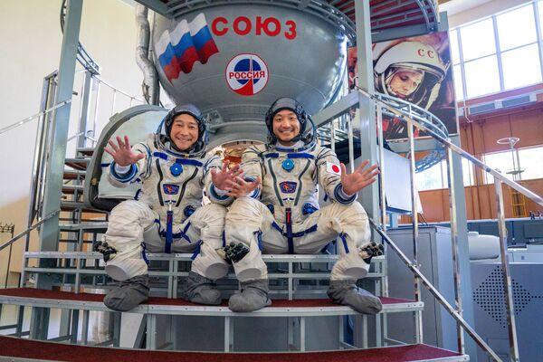 宇宙船「ソユーズ」のシミュレーターを背に写真を撮る前澤友作氏と平野陽三氏 - Sputnik 日本