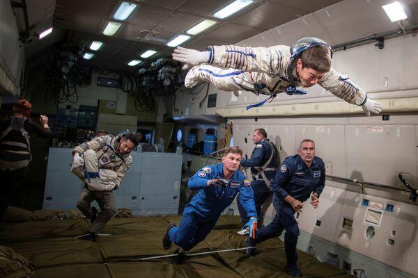 モスクワ郊外で無重力飛行の訓練をする前澤友作氏、平野陽三氏、小木曽詢氏 - Sputnik 日本