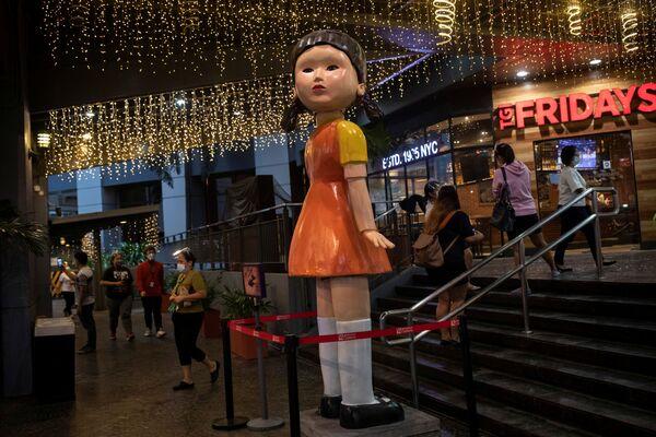 フィリピン・ケソン市のショッピングモールに置かれた、『イカゲーム』に登場する巨大人形 - Sputnik 日本