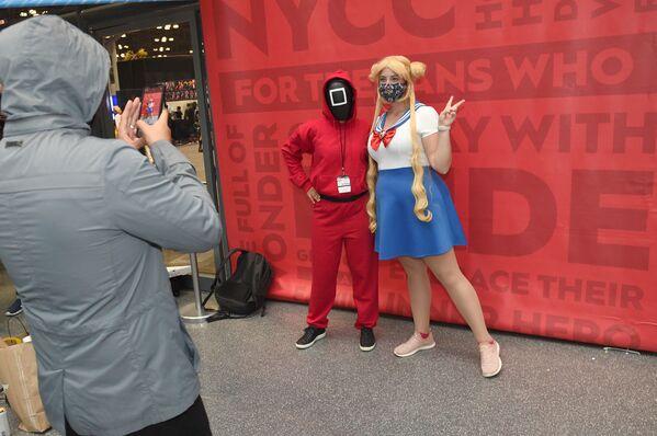 米ニューヨーク市のジェイコブ・ジャビッツ・コンベンションセンターで開催された「NYコミコン」で、『イカゲーム』に登場するゲーム幹部とセーラームーンに扮したコスプレイヤー - Sputnik 日本