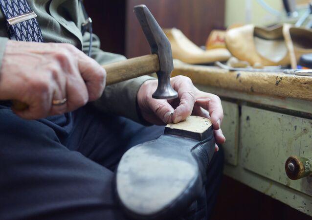 Мастер по ремонту и пошиву обуви Северного русского народного хора Валентин Чернов за работой.