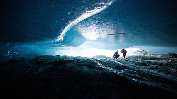 Гляциологи исследуют естественную ледниковую полость ледника Ямтальфернер недалеко от Гальтюра, Австрия - Sputnik 日本