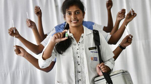 Медперсонал, занимающийся вакцинацией против коронавируса Covid-19, позируют для фотографии в образе богини Дурги в больнице Рамая в Бангалоре - Sputnik 日本