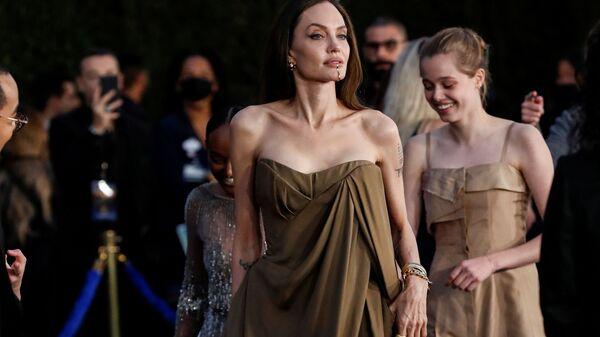 Актриса Анджелина Джоли с детьми на премьере фильма Вечные в Лос-Анджелесе, США - Sputnik 日本