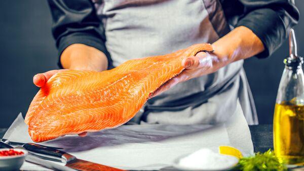 Повар с лососем в руках - Sputnik 日本