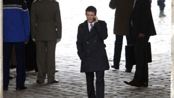フランスのヴァルス首相、携帯電話で会談中、パリ - Sputnik 日本