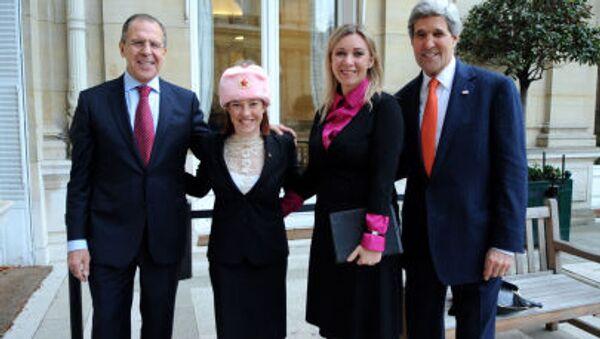 ピンク色の耳あて付き帽子を被っているサキ報道官 - Sputnik 日本