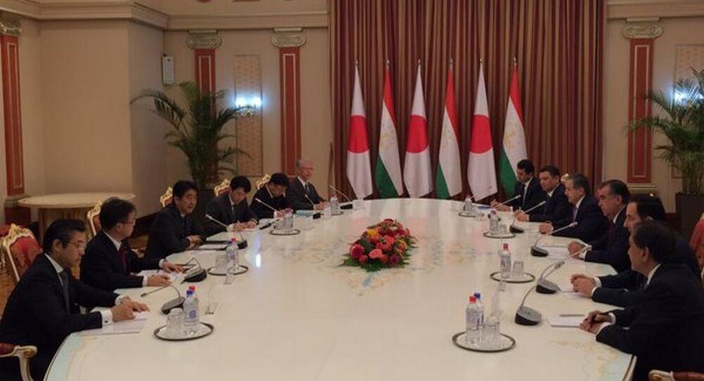 安倍首相:タジキスタンは中央アジアの安定のために重要な役割を果たしている
