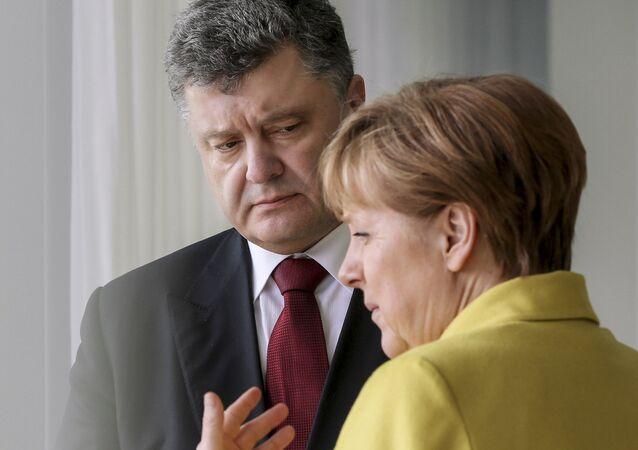 ポロシェンコ大統領とメルケル首相(アーカイブ写真)