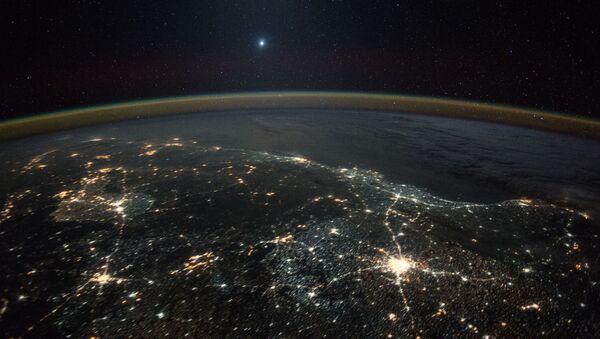 Снимок Венеры на фоне ночных огней Земли, полученное с Международной космической станции - Sputnik 日本