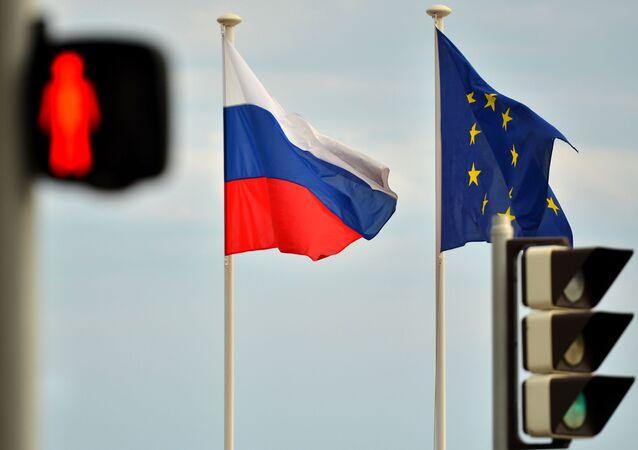 ロシアと欧州の旗(アーカイブ写真)