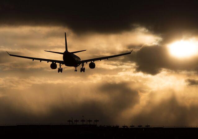 コーヒーがこぼれて旅客機が緊急着陸
