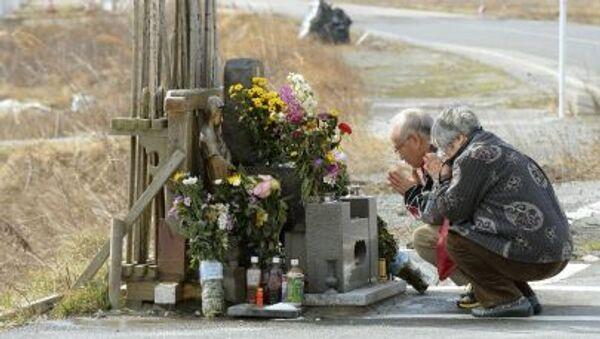 Люди молятся за погибших во время землетрясения и цунами в Японии в 2011 году  - Sputnik 日本