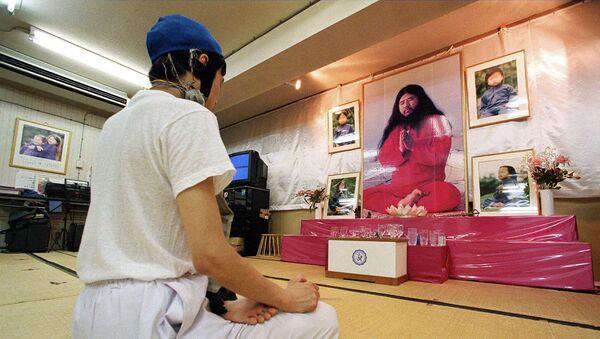 Участник религиозной секты Аум Синрике во время медитации - Sputnik 日本