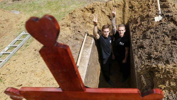 ハンガリーで墓堀り競争 - Sputnik 日本