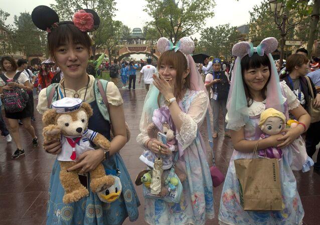 上海ディズニーランド開園 雨の中、日本人旅行者も長蛇の列に並ぶ(写真、動画)