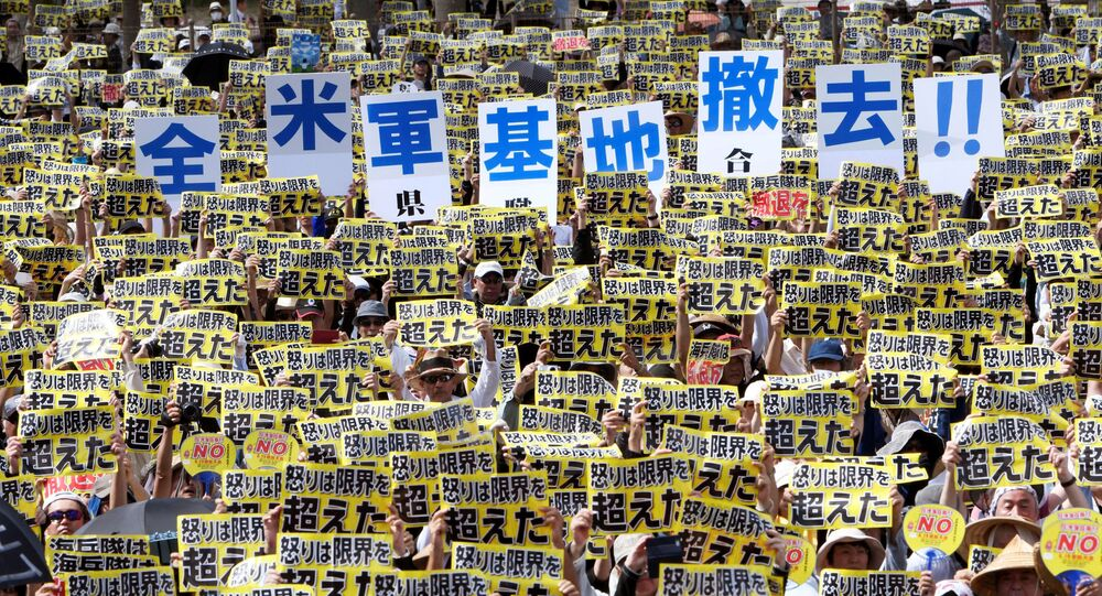 沖縄で数千人の日本人が米軍基地に抗議