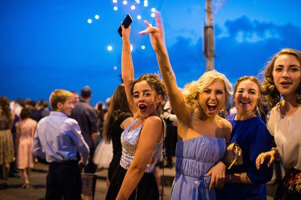 シベリア、オムスクの卒業生たちがイルティシュ川岸で祝いあう - Sputnik 日本