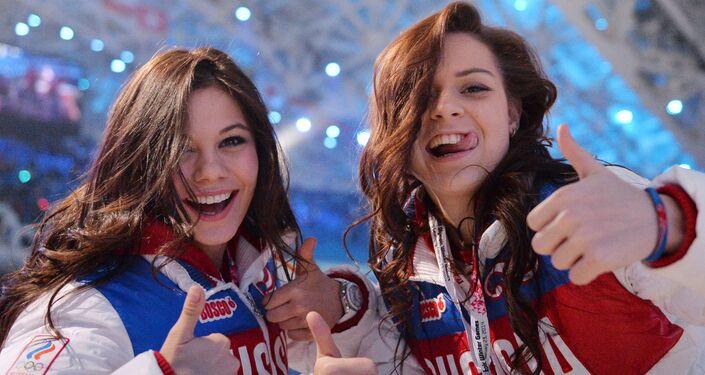 ロシアのフィギュアスケートのエレーナ・イリニフ選手とアデリナ・ソトニコワ選手 ソチで開催された第22回冬季オリンピックの閉会セレモニーで