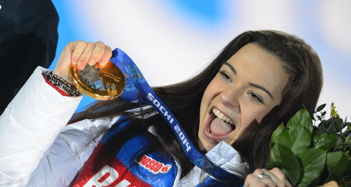 ソチでの第22回冬季オリンピックで金メダルを授与されるロシアのアデリーナ・ソトニコワ選手