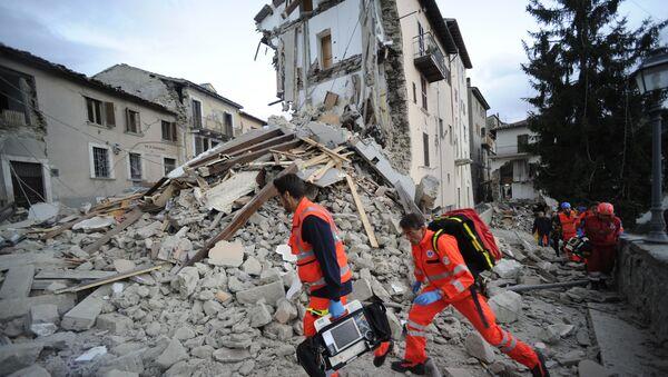 Спасатели у разрушенного дома в результате землетрясения в итальянском городе Аматриче - Sputnik 日本