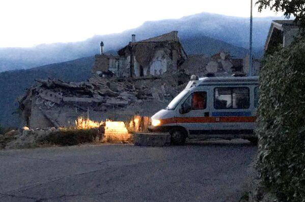 地震で倒壊した家 - Sputnik 日本