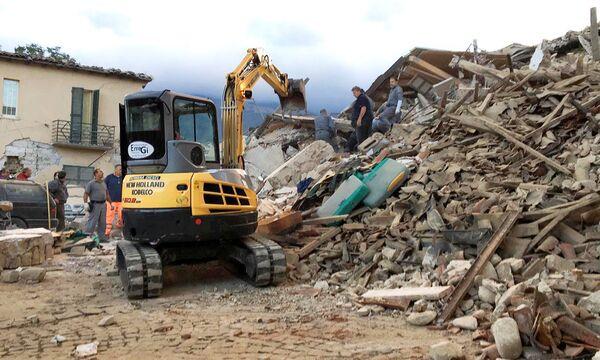 救助隊。地震により、ラツィオ州アマトリーチェでは、大きな被害が出ており、人々が倒壊した建物の下敷きになっていると伝えられた。 - Sputnik 日本