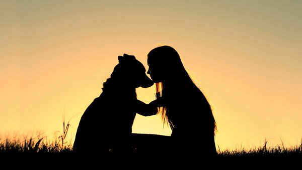 犬と女の人の影 - Sputnik 日本