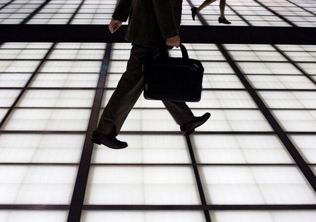 日本 男性国家公務員の育休取得率、初めて50%超える