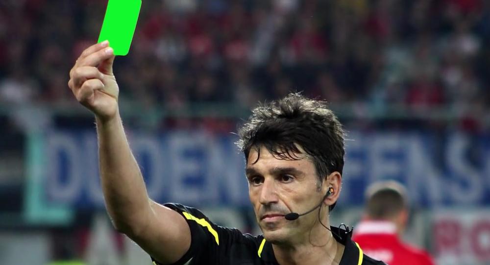 イタリアのサッカー選手、世界で初めてグリーンカードを出される